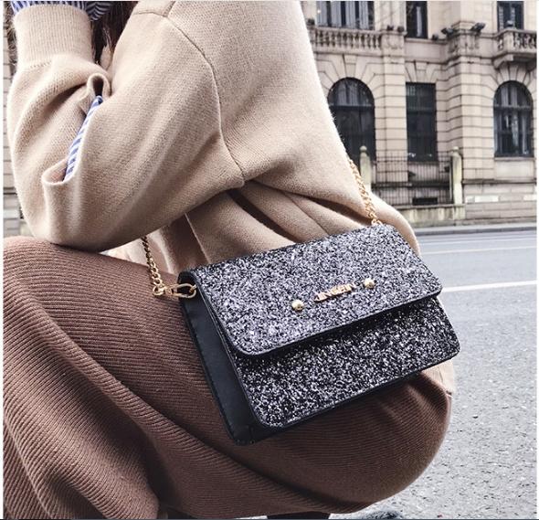 [ พร้อมส่ง ] - กระเป๋าแฟชั่น คลัทช์/สะพาย สีดำเงินวิ้งค์ๆ ทรงกล่องสี่เหลี่ยม ขนาดกระทัดรัด ดีไซน์สวยเรียบหรู ดูดี งานสวยค่ะ