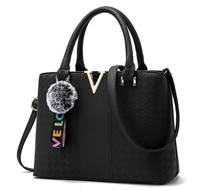 [ พร้อมส่ง ] - กระเป๋าแฟชั่น ถือ/สะพาย สีดำ ตกแต่ง V ด้านหน้า ทรงตั้งได้ ดีไซน์สวยเรียบหรู ดูดี งานหนังสวยค่ะ + แถมฟรีปอมๆ