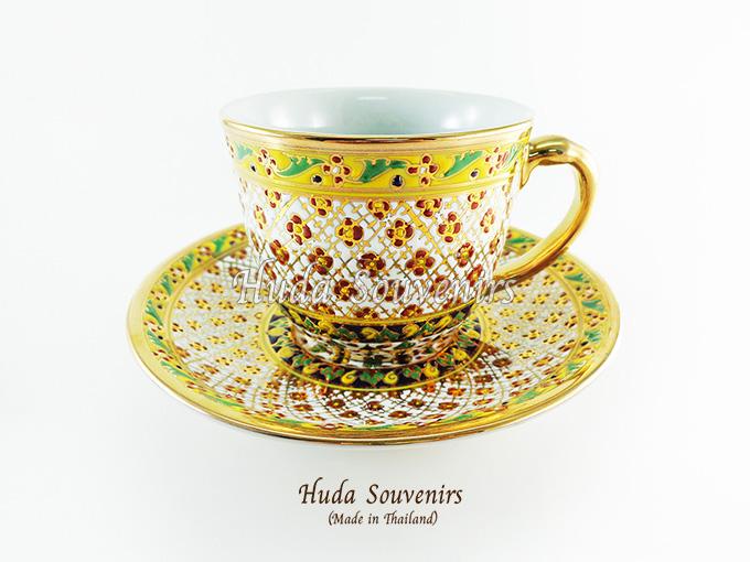 ของที่ระลึก แก้วกาแฟเบญจรงค์ ทรงกลม ลวดลายดอกเข็ม โทนสีขาว ลายเนื้อนูนเคลือบผิวเงา สินค้าพร้อมส่ง (ราคาไม่รวมกล่อง)