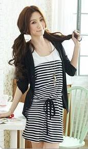 """""""พร้อมส่ง""""เสื้อผ้าแฟชั่นสไตล์เกาหลีราคาถูก set 2ชิ้น เดรสเสื้อกล้ามลายขวางสีขาวดำ รูดเอว ไม่มีซับใน +เสื้อคลุมแขนยาวพับแขนขึ้นมาติดกระดุมได้ -สีดำ"""