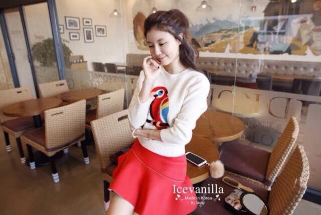 เสื้อผ้าเกาหลี พร้อมส่ง เสื้อไหมพรม ทอลายนกแก้วสีแดง ตรงช่วงอก สีสันเด่นชัด ตัวเสื้อเป็นสีขาวสวยงาม