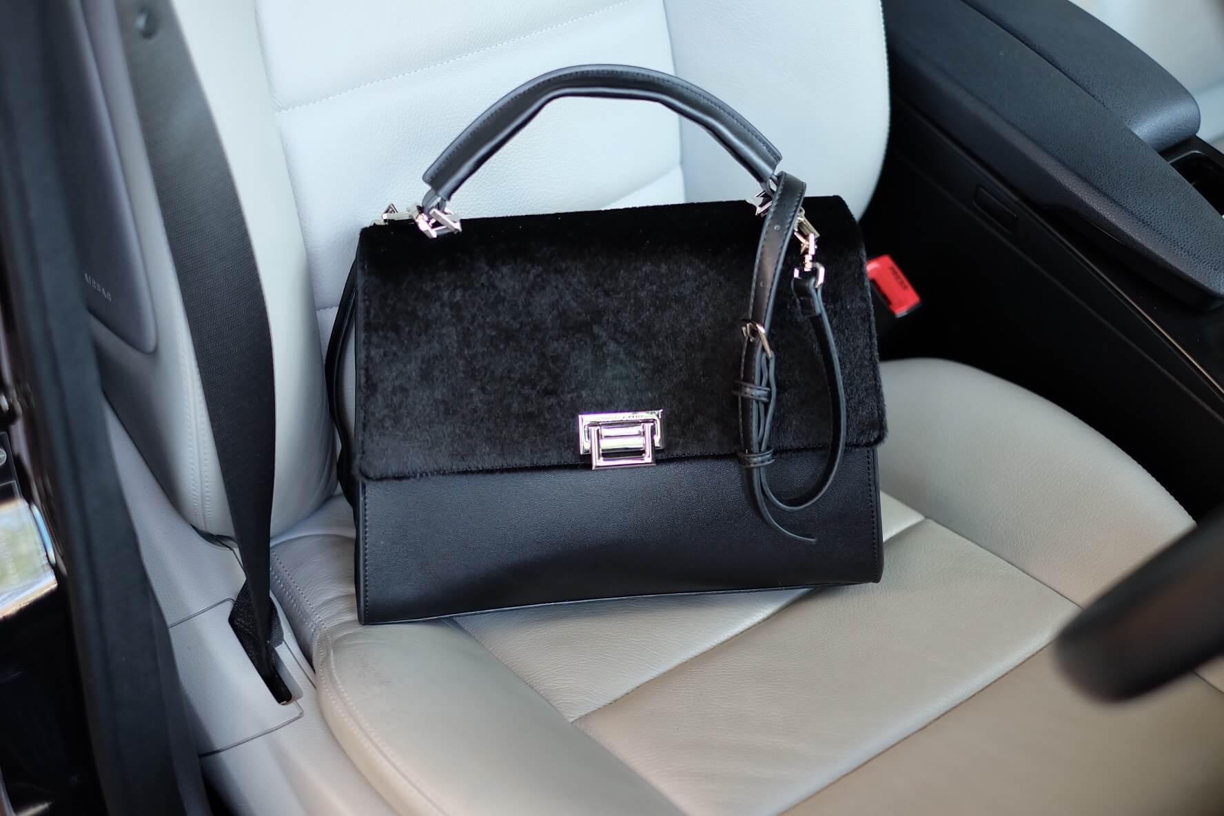 กระเป๋า Charles & Keith PUSHLOCK HANDBAG Black สวย หรู คุ้มเกินราคาคะ ตัวกระเป๋า เป็นหนัง ติดขน fur