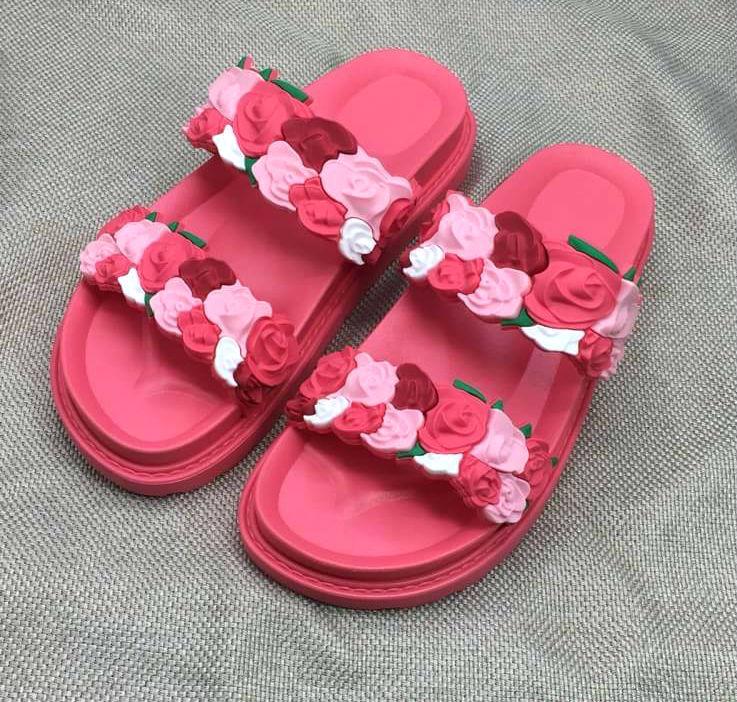 รองเท้าแตะแฟชั่น แบบสวม แต่งลายกุหลาบสวยหวาน พื้นยางนิ่มอย่างดี ใส่สบาย แมทสวยได้ทุกชุด