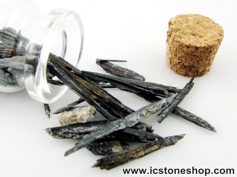=ไคยาไนท์สีดำ Black Kyanite ขนาดเล็กในขวดแก้วจุกก๊อก