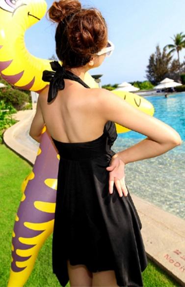 ชุดว่ายน้ำแฟชั่นพร้อมส่ง :ชุดว่ายน้ำสีดำผูกสายคล้องคอแต่งชายผ้าสีสันสดใส มีกางเกงใส่ด้านในน่ารักมากๆจ้า:รอบอก30-40นิ้ว เอว26-32นิ้ว สะโพก Freesize