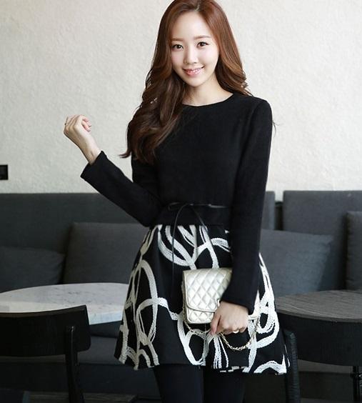 ((พร้อมส่ง)) เสื้อผ้าแฟชั่นผู้หญิง : ชุดเสื้อ+กระโปรงสีดำ กระโปรงแต่งลายกราฟฟิกสีขาว น่ารัก น่ารักจ้า