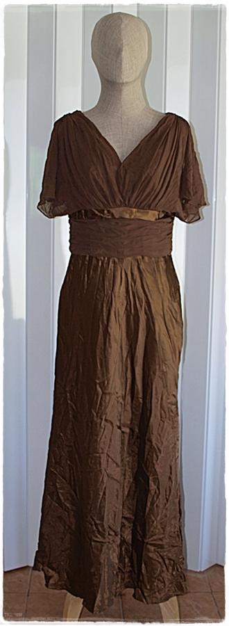 Sold เดรสยาว เสื้อชีฟอง เข้าเอว ซิปหลัง กระโปรง ผ้าซาติน สีน้ำตาล