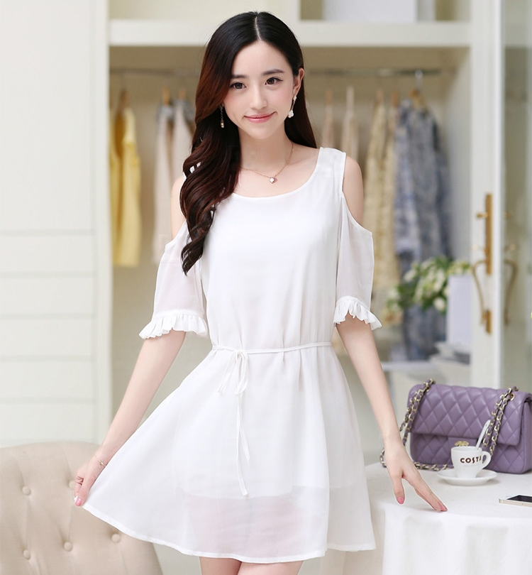 ชุดเดรสสั้นสีขาว ผ้าชีฟอง เว้าไหล่ ปลายแขนแต่งระบายสวยเก๋ ทรงปล่อยสวมใส่สบาย