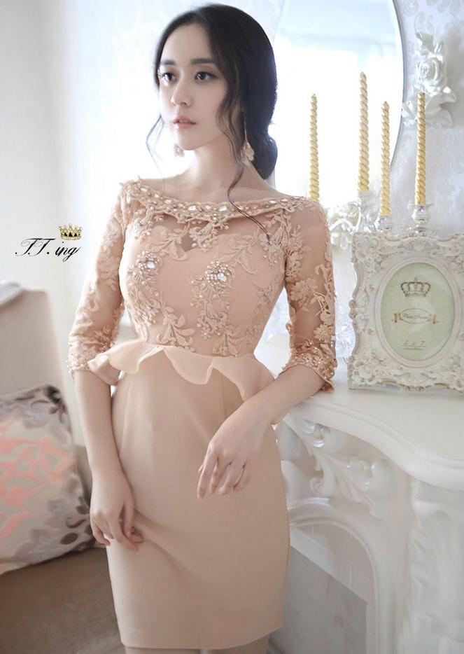 ชุดเดรสออกงาน ชุดไปงานแต่งงานสวยหรู สีครีมเบจ คอปาดประดับคริสตัล แขนยาวลูกไม้ซีทรู เอวเข้ารูปแต่งระบาย ( M L )
