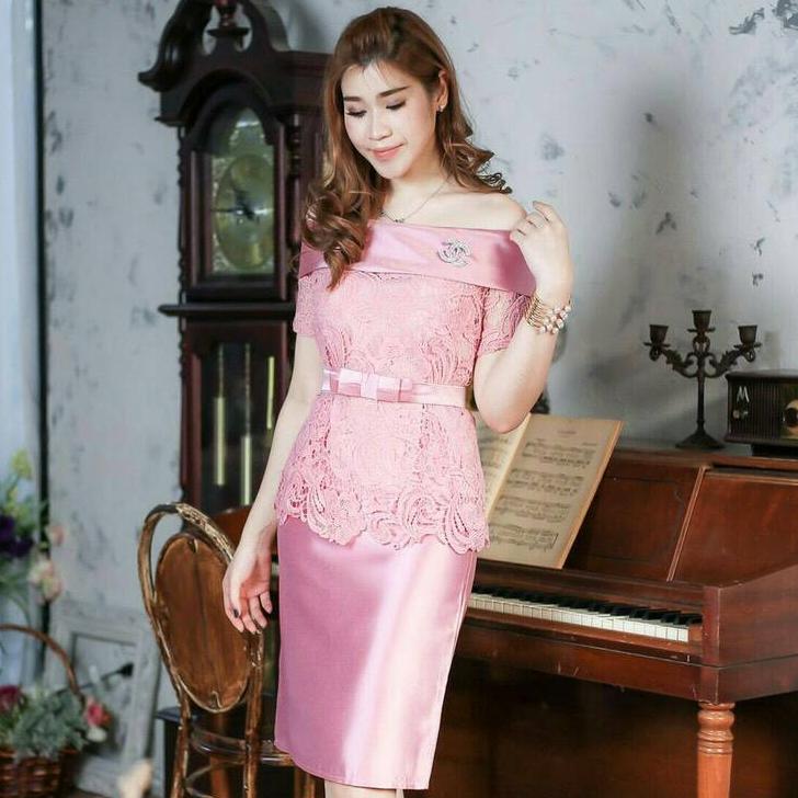 ชุดเดรสสวยหรู ใส่ไปงานแต่งงาน ใส่ออกงาน สีชมพู เซ็ตเสื้อลูกไม้เปิดไหล่ + กระโปรงผ้าไหมทรงเอ พร้อมเข็มขัดผ้า