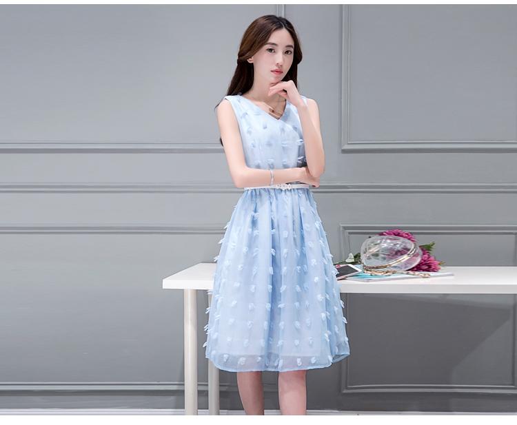 ชุดเดรสสั้นสีฟ้า แขนกุด ผ้าป่านแก้วแต่งลายจุดนูน พร้อมเข็มขัดสีขาวหัวดอกไม้น่ารักๆ แนวสวยหวาน น่ารักๆ สไตล์สาวเกาหลี