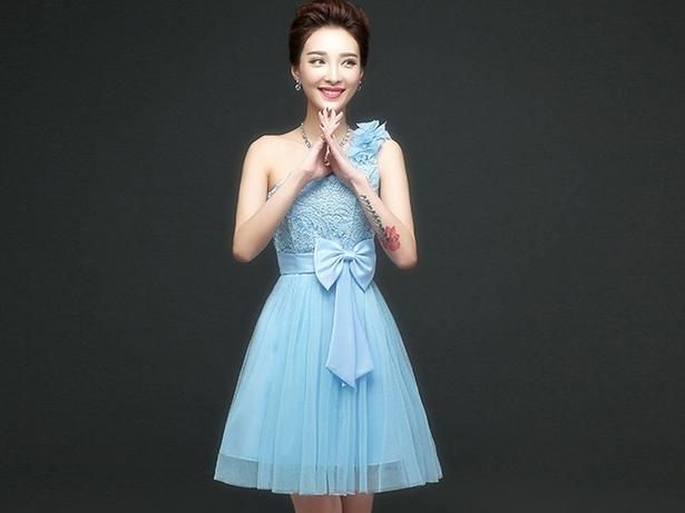 ชุดราตรีสั้นสีฟ้า ไหล่เฉียงแต่งดอกไม้ ตัวเสื้อผ้าลูกไม้ แต่งโบว์ กระโปรงผ้าซีทรู ลุคสาวหวาน เรียบร้อย ดูดี