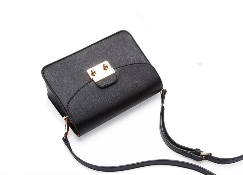 กระเป๋าสะพายสีดำ ทรงสี่เหลี่ยม