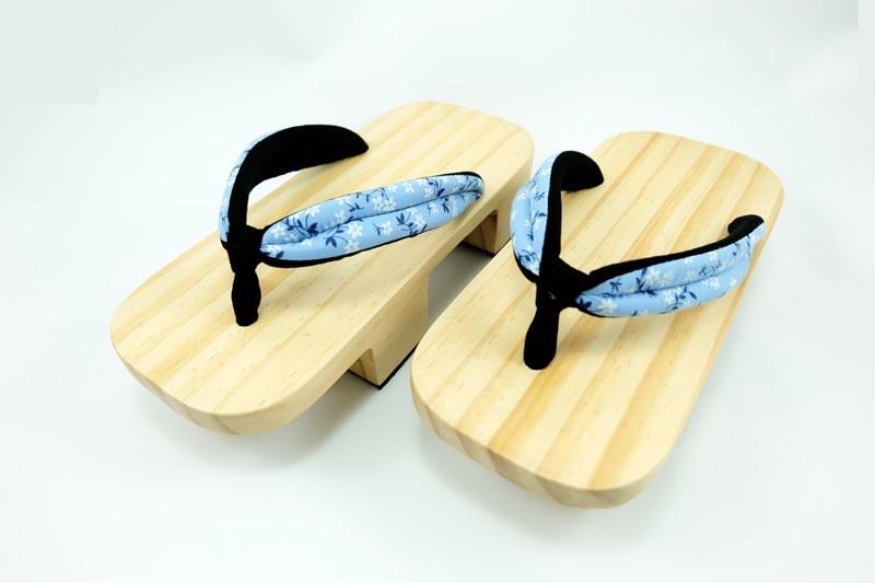 Geta-012 รองเท้าเกี๊ยะไม้ธรรมชาติ เชือกสีฟ้าอ่อน ลายดอกไม้
