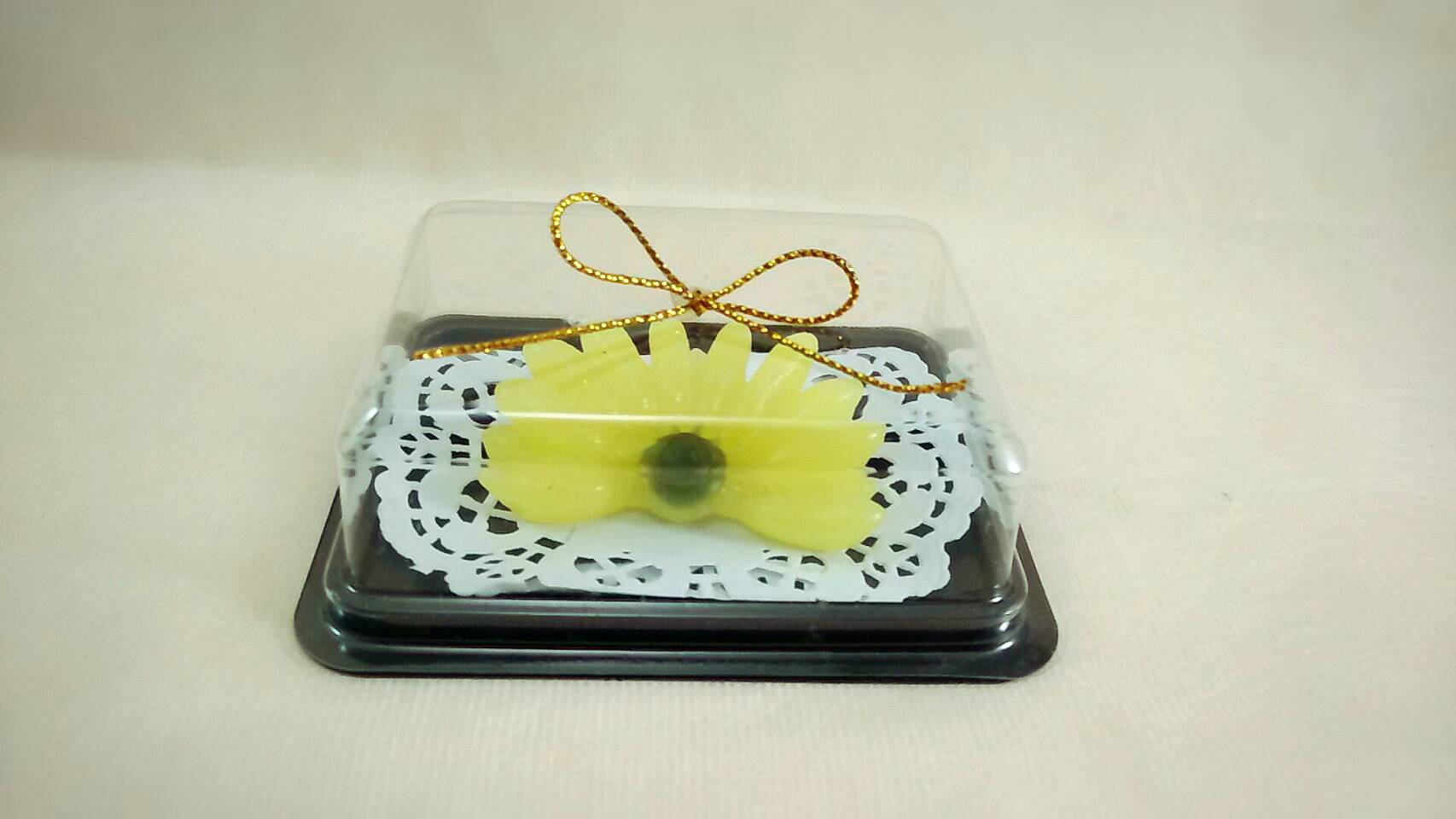 เทียนกล้วยหอมหวีจิ๋วเดี่ยว ในกล่องใส ฐานน้ำตาล ติดดิ้นทอง ขนาด 7.5x9.5x3 cm.
