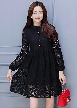 เดรสผ้าลูกไม้เนื้อดีสีดำ ช่วงกลางของแขนเสื้อแต่งด้วยผ้าถักโครเชต์ และแต่งด้วยมุกสีขาว