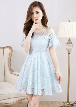 เดรสผ้าลูกไม้เนื้อดี นิ่ม สีฟ้าอ่อน คอเสื้อเป็นผ้าโปร่งซีทรูสีขาว แต่งด้วยดอกไม้ถักสีฟ้า