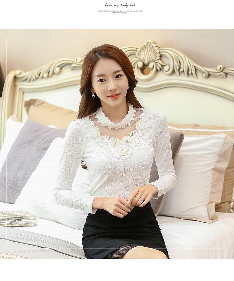 เสื้อผ้าลูกไม้สีขาวแขนยาว รอบคอเสื้อแต่งด้วยผ้าถักและมุกสีขาว ถัดลงมาจากคอเสื้อเป็นผ้าโปร่งซีทรู