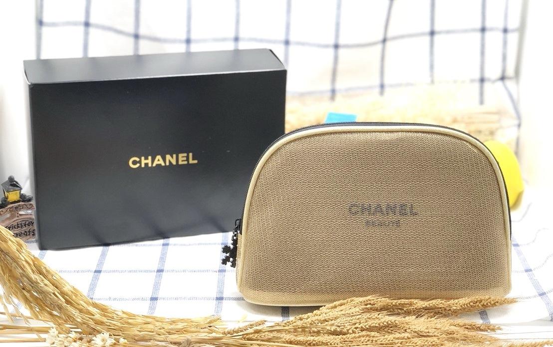 CHANEL BEAUTE Black Mesh Makeup Cosmetic Bag Pouch กระเป๋าเครื่องสำอางค์ เรียบหรูแต่ดูดี ด้านในกว้าง จุของได้เยอะ สำหรับใส่เครื่องสำอาง หรือ สิ่งของอื่น ๆ ตามความเหมาะสม ตัวกระเป๋าทำความสะอาดง่าย