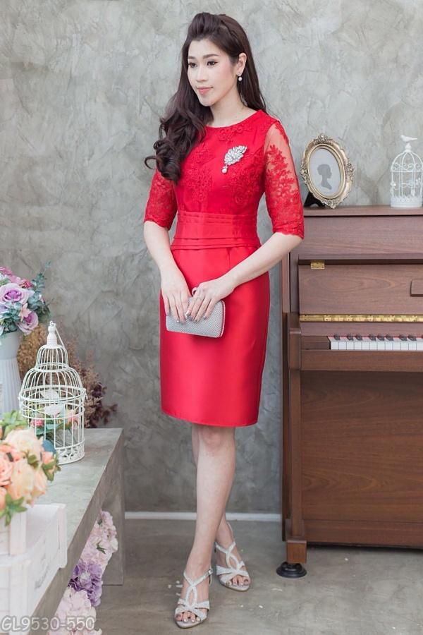 (Size L) ชุดไปงานแต่งงาน ชุดไปงานแต่งสีแดง ผ้าไหมบนลูกไม้แขนสามส่วน ด้านบนทางร้านใช้ผ้าลูกไม้ฝรั่งเศสอย่างดีเกรดพรีเมี่ยม ส่วนด้านล่างทางร้านใช้ผ้าไหมอย่างดีนำมาตัดเป็นทรงสอบ ช่วงเอวมีดีเทลที่เอวแต่งจีบตีเกร็ด