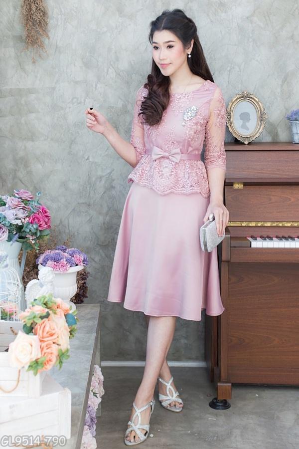 (M) ชุดไปงานแต่งงาน ชุดไปงานแต่งสีชมพูเข้ม Set เสื้อลูกไม้แขนสามส่วน มาพร้อมกระโปรงผ้าวาเลนติโน่อย่างดีนำเข้าจากอิตาลี่ นำมาตัดเป็นทรงย้วย