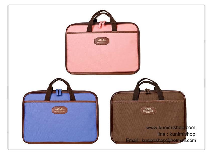 กระเป๋าถือ กระเป๋าจัดเก็บระเบียบ ใส่เอกสารต่างๆ แท็บแล็ต โดยตัวกระเป๋าจะมีหูหิ้ว เปิด-ปิด ด้วยซิบ ด้านใน แบบเป็นสอง ส่วนซ้ายขวา มีช่องใส่เอกสาร และของใช้ต่างๆ ด้านหน้าและด้านหลังกระเป๋ามีช่องใส่ของ ขนาดกระทัดรัด พกพาสะดวกครับ