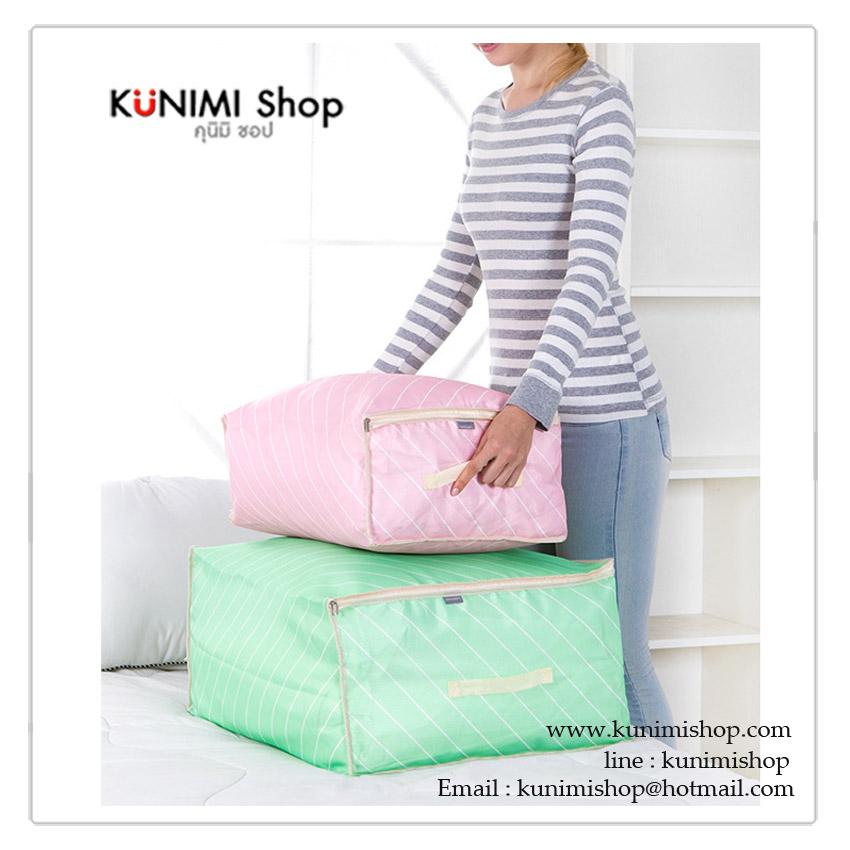 กระเป๋าจัดเก็บสิ่งของ กระเป๋าใส่เสื้อผ้าขนาดใหญ่ เนื้อผ้าหนา อย่างดี สามารถใส่ ผ้าเช็ดตัว ผ้าขนหนู ผ้านวม หรือของใช้ต่างๆ ช่วยกันฝุ่น กันเปื้อน กันแมลง ช่วยให้ตู้เสื้อผ้าเป็นระเบียบเรียบร้อย หยิบใช้งานสะดวก ด้านหน้ามีช่องใส เพื่อมองเห็นของด้านใน ง่ายต่อการขนย้าย มีหูหิ้วด้านบน พร้อมซิบเปิด - ปิด วัสดุทำจาก : ผ้าฟอร์ด หนาอย่างดี ขนาด : กว้าง 60 x สูง 50 x หนา 27 cm.