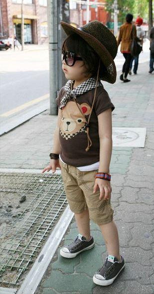 ชุดเซ็ตเด็กชาย 3 ชิ้น สีน้ำตาล ด้านหน้าสกรีนลายหมีน้อย กางเกงสีครีม มาพร้อมผ้าพันคอลายสก็อต น่ารัก สไตล์เกาหลี