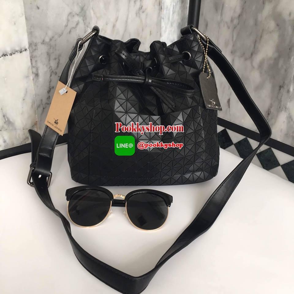 มาใหม่ค่า ทรงขายดี น่ารักมาก Size L คะ David Jones Bucket Leather (bag) กระเป๋าสะพายข้างดีไซน์เกร๋มาก สีดำสวยมาก chic รุ่นนี้ รูปแบบน่ารัก แอบเก๋ด้วยดีไซด์ของตัวกระเป๋า และที่มัดสายกระเป๋า ด้านหน้ามีช่องเก็บของให้คะ ภายในมีช่องเก็บของจุกจิกได้ มีถุงผ้าแบร