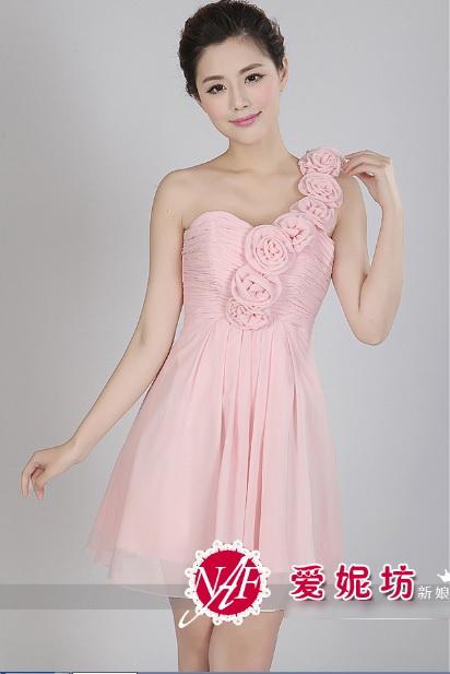 ชุดเดรสไปงาน สายเดี่ยว ผ้าชีฟอง สีชมพู ช่วงอกด้านหน้าและหลังอัดพลีตเล็กๆ แต่งด้วยผ้ารูปดอกกุหลาบ