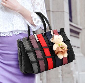 Pre-order กระเป๋าผู้หญิงถือและสะพายข้างแฟชั่นสไตล์ยุโรป ลายรั้วถัก รหัส Yi-5106 สีดำคละสี *แถมตุ๊กตาหมี
