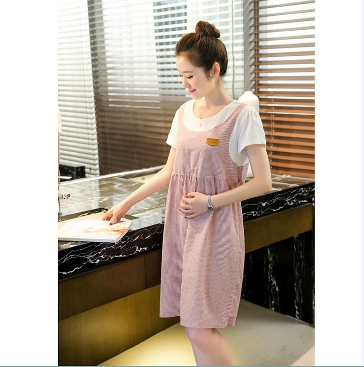 เอี้ยมคลุมท้อง เป็นเสื้อยืดสีขาวเย็บติดกับเอี้ยมสีแดงลายเส้น น่ารักมากๆค่ะ