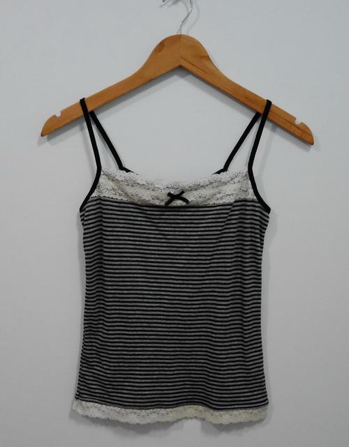 jp4104 เสื้อสายเดี่ยวผ้ายืดลายขวาง สีดำเทา แต่งผ้าลูกไม้