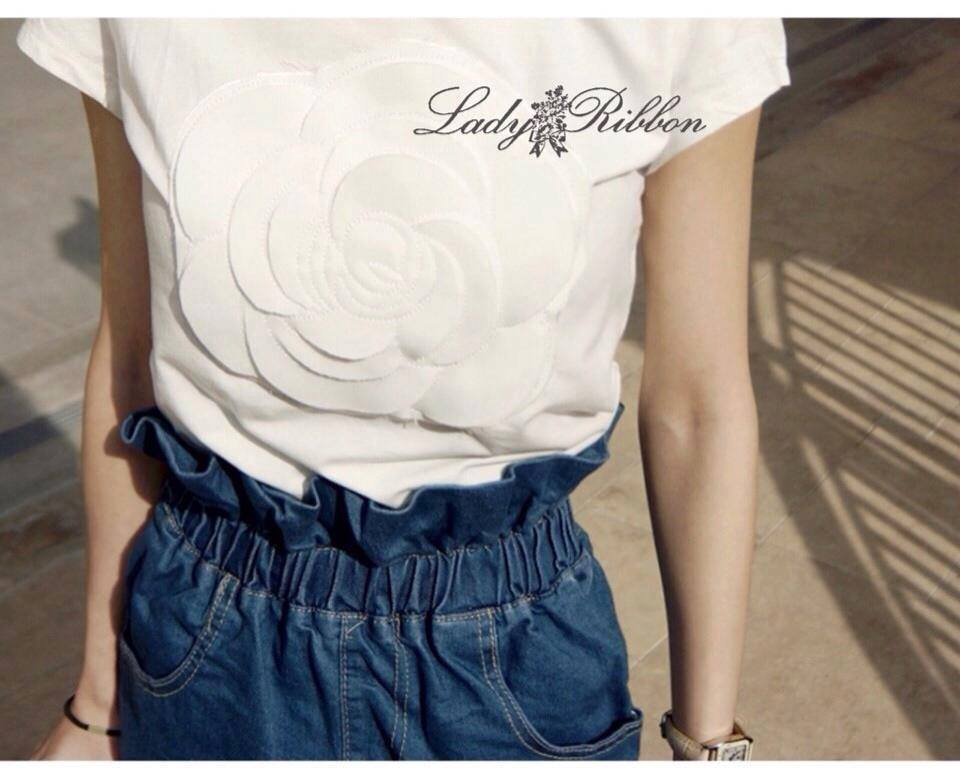 Lady Ribbon เสื้อยืดสีขาว แต่งดอก Camellia